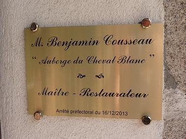 lechevalblanc-panneau.jpg