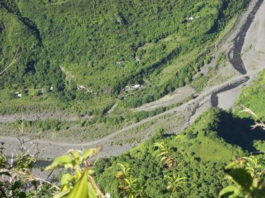 Le fond de la vallée est à la verticale à plus de 900 mètres en dessous