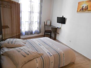 Chambre-Raymond-VII-Chateau_ Chambres d'Hôtes - La Maison d'Olivier.jpg