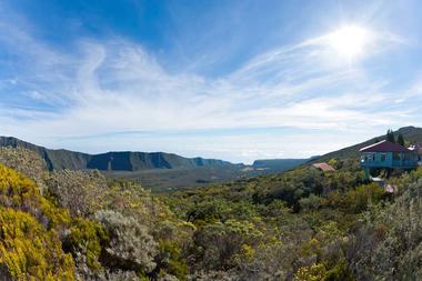 Le gîte du volcan à droite et le Fond de la rivière de l'Est droit devant vous