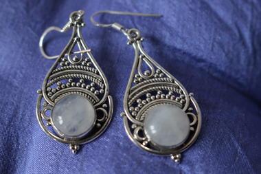 Boucles d'oreille en pierre de lune polie.JPG