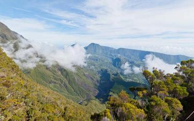Vue sur Terre Plate en bas et le sentier du Cap Anglais le long de la crête qui monte