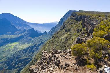 Le sentier toujours au bord du rempart avec de superbes points de vue sur Mafate
