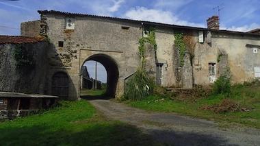 entrée du château-pugny-sit.jpg