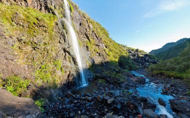 près les pluies importantes, des cascades s'affichent le long de la paroi