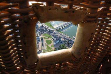 Nacelle d'Aérocom montgolfière avec le Château d'Amboise