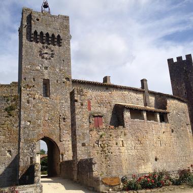 Village fortifié de Larressingle dans le Gers