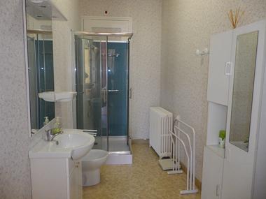 Grande salle d'eau avec douche