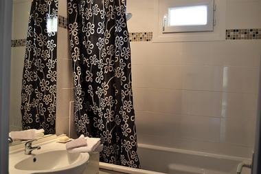 Salle de bain avec baignoire - Gîte des Trois Pins