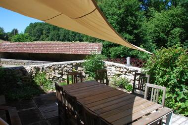 Terrasse vue sur lavoir, passerelle et Surmelin