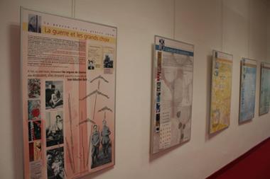 Bibliothèque municipale Suzanne-Martinet_expo couloir < Laon < Aisne < Picardie
