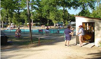 Camping du lac_vue sur la piscine<Monampteuil<Aisne<Picardie