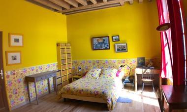 Chambre-jaune-vue-lit-double