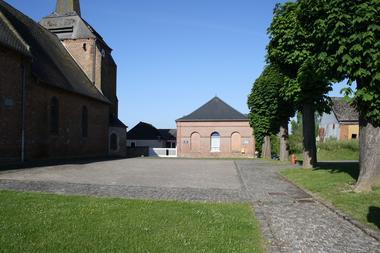 Parking de l'église fortifiée d'Harcigny < Thiérache < Aisne < Picardie
