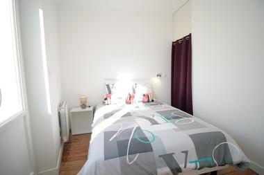 Chambre lumineuse avec dressing et étagère