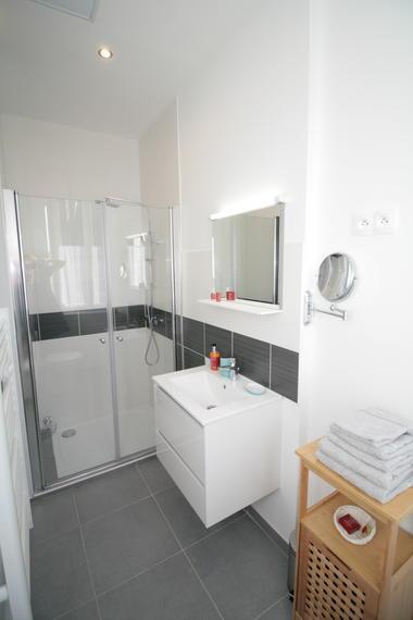 Grande salle de bain avec douche et WC