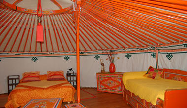 Yourte_interieur_lit_orange < Ambleny < Aisne < Picardie