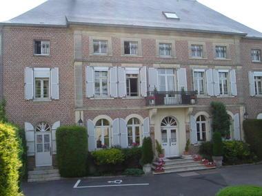 Hôtel le clos du Montvinage façade de l'hotel
