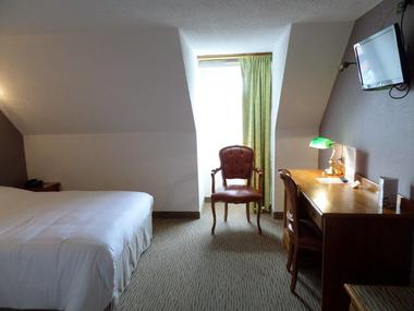 Hotel-les-Tilleus-Dinard-chambre-double-bureau-2