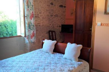 Chambre-orange-lit-double-Au-mas-de-Mayac