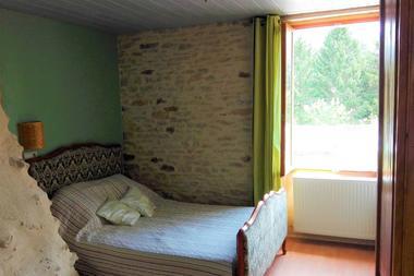 Chambre-verte-lit-double-Au-mas-de-Mayac