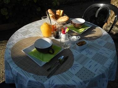 Table petit-déjeuner, le mas de le feuillade redim