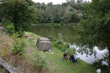 argentonnay-camping-lac-dhautibus-emplacement-tente