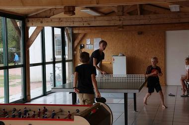 argentonnay-camping-lac-dhautibus-ping-pong