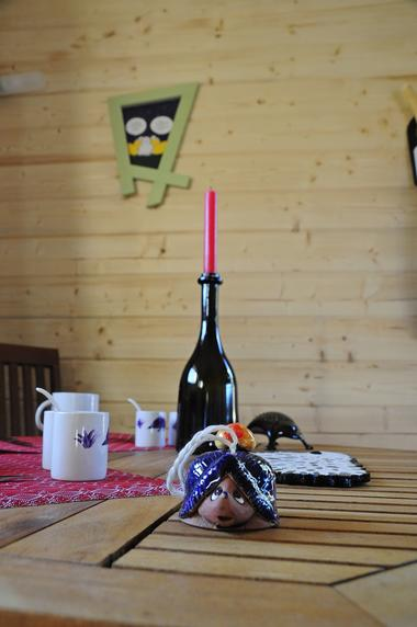 bressuire-chambre-dhote-cabane-niglo-table-cuisine