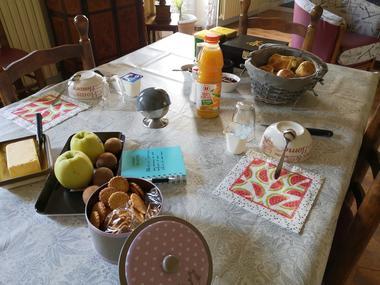 combrand-chambres-dhotes-les-mesanges-petit-dejeuner2