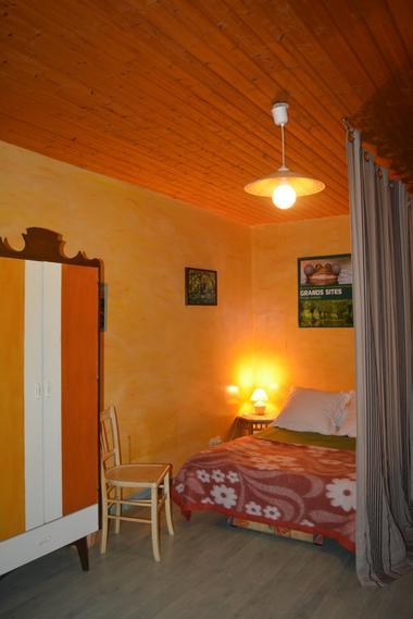 Une chambre sous mezzanine