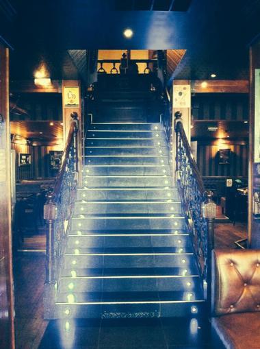 L'escalier menant à la salle de l'étage