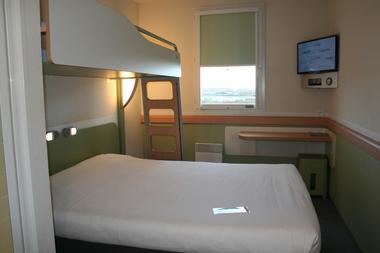 Une chambre standard avec un grand lit et un lit superposé