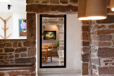 Grange--miroir-entree-vue-cuisine-comp