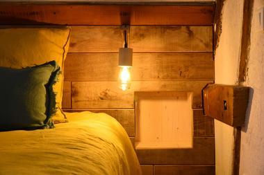 Grange-chambre-jaune-detail-niche-comp