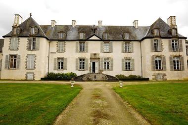 1200px-Chateau-de-la-Moglais---Vue-de-face