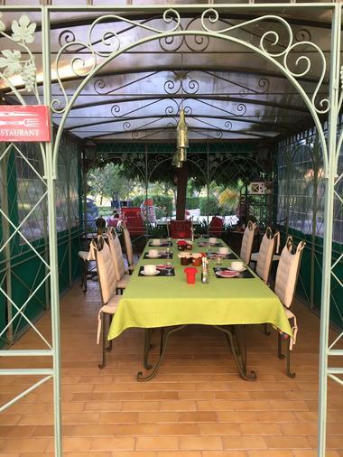 La Gloriette Petits déjeuners et tables d'hotes en été.