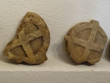 La Maison cévenole, croix discoïdales
