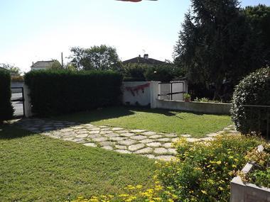 La pelouse et l'accès à la villa Lourmel
