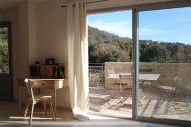 L'espace salon avec vue sur la campagne environnante