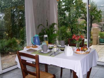 Petit-déjeuner servi dans la véranda.