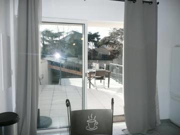 Accès à la terrasse depuis le séjour.
