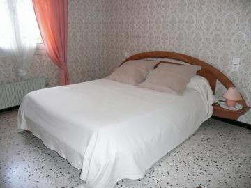 L'une des 2 chambres avec lit 2 personnes