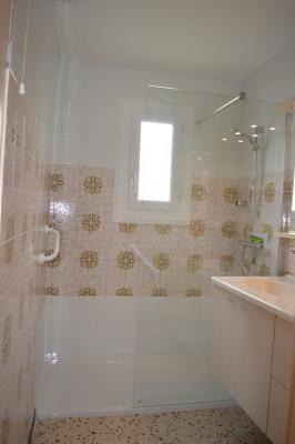 Salle d'eau : douche à l'italienne.