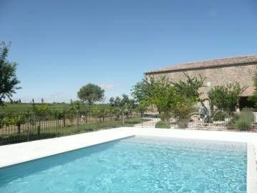 Espace détente, et piscine commune avec le propriètaire.