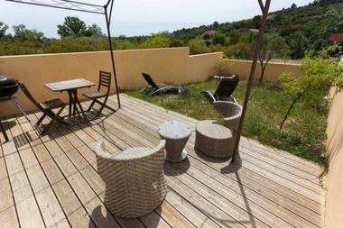 Terrasse avec salon de jardin.