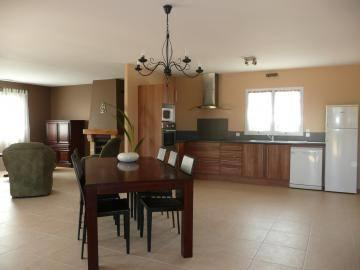 La salle de séjour et espace cuisine.