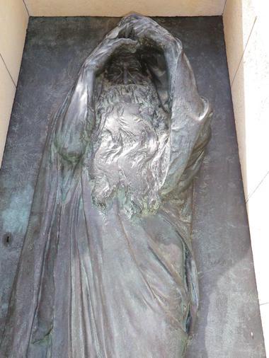 cimetiere vieux-entree de mausolee-bronze-MBP