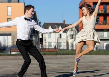 jeune-couple-swing