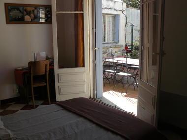 Chambre du rez-de-chaussée : vue sur la terrasse